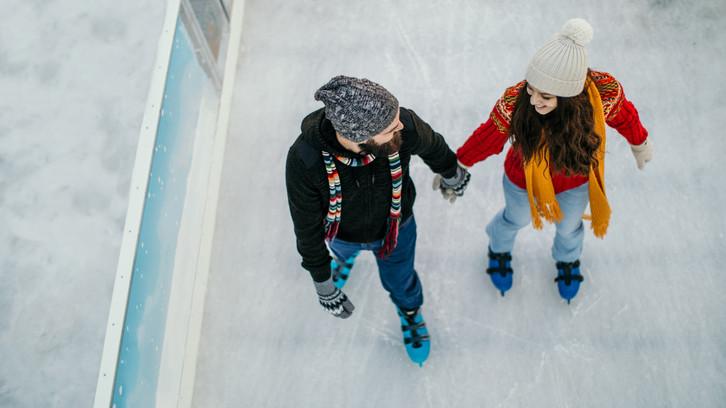 Indul a téli roham: ennyiért korizhat a család a vidéki városokban