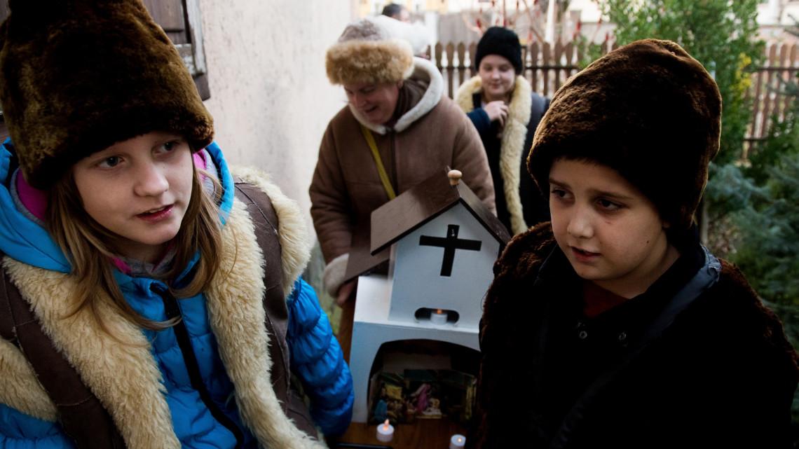 Szívmelengető karácsonyi hagyomány: így betlehemeztek a gyerekek Csépán + FOTÓK