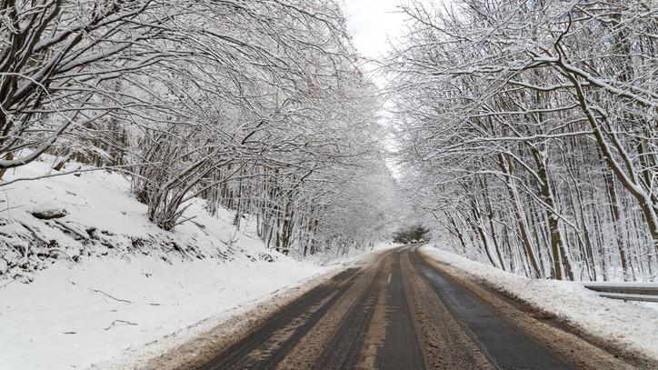 Kiadták a figyelmeztetést: ezekben a megyékben viharos széllökések, havazás várható