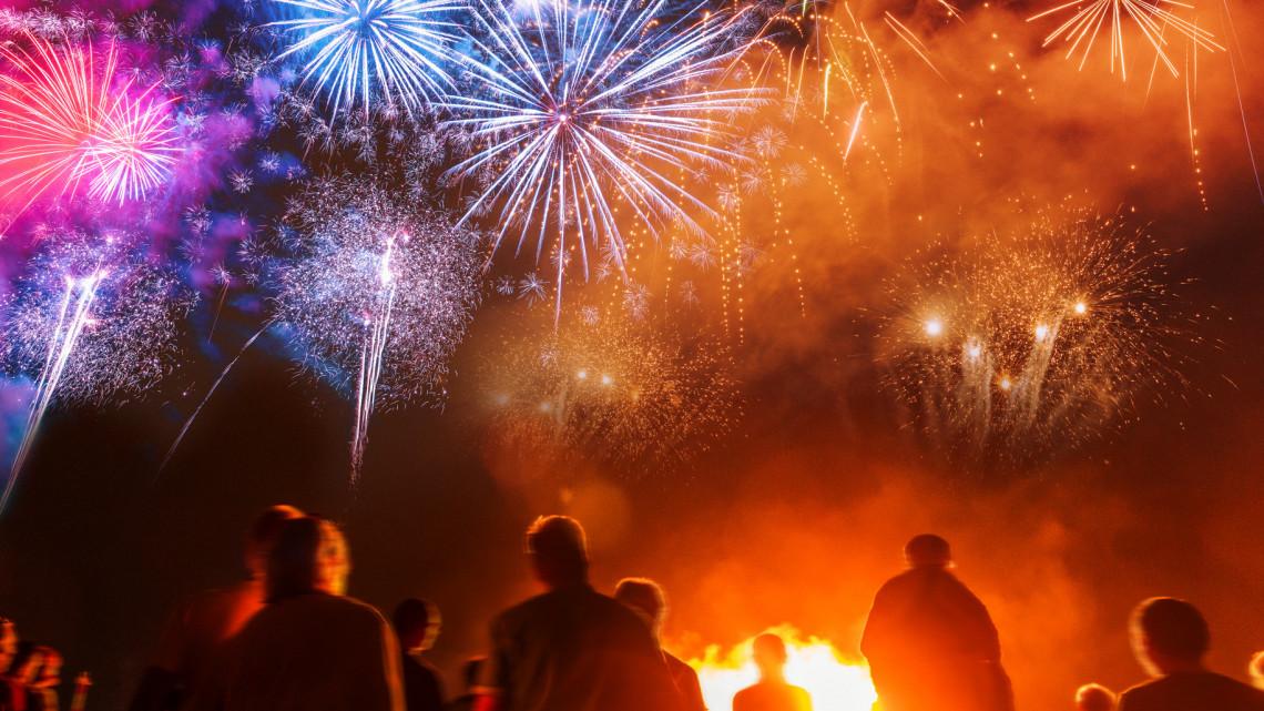 Tűzijáték miatt lángoló fenyők, tuják tucatjait oltják a tűzoltók szilveszterkor