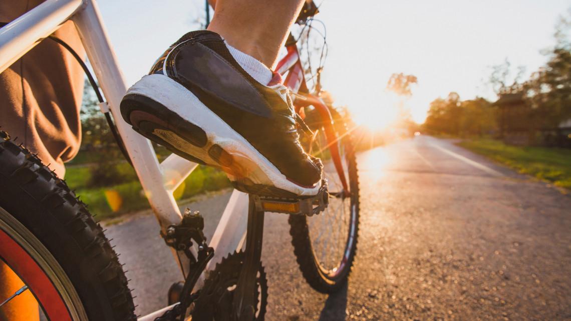 Jó hír a kerékpárosoknak: milliókból fejlesztik a Balatoni Bringakört