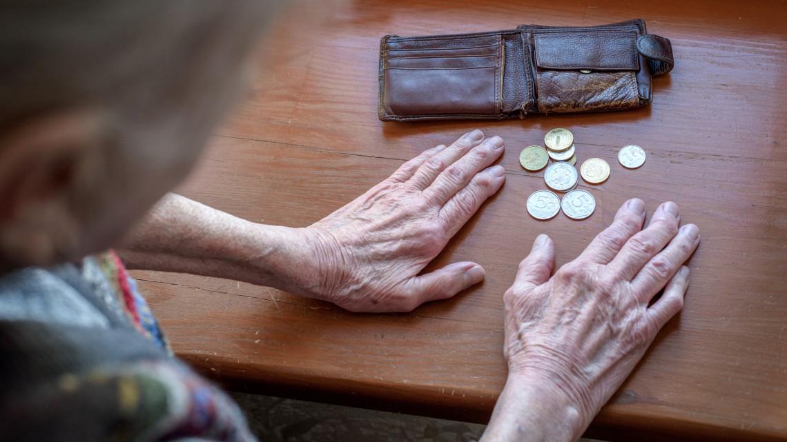Itt az időpont: eddig válthatják be a nyugdíjasok a rezsiutalványokat