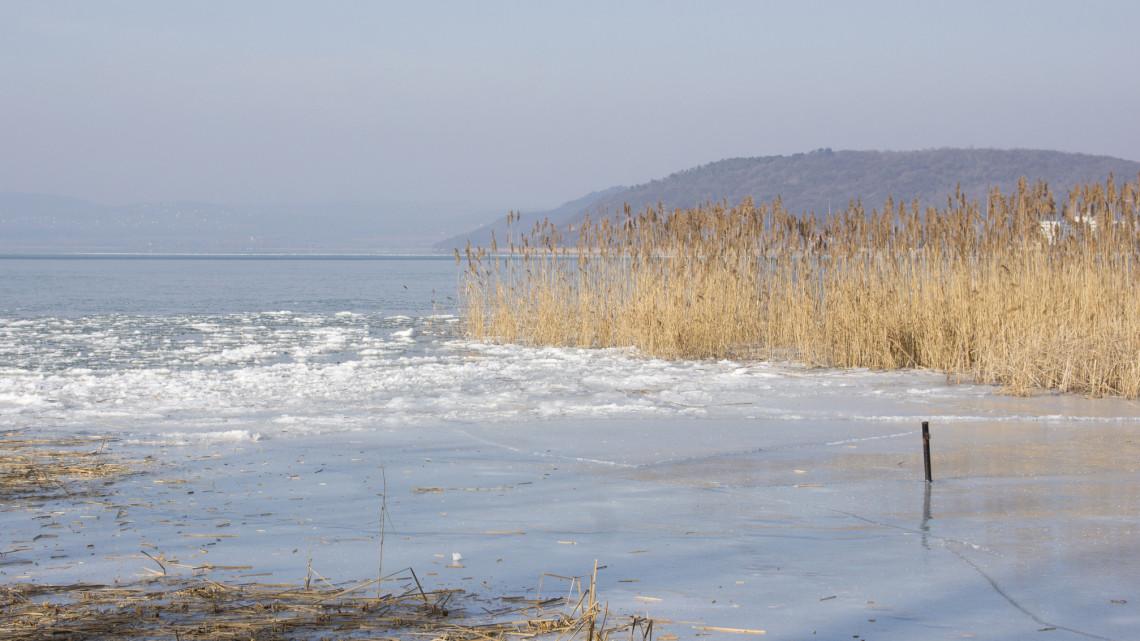 Ismét jegesedik a Balaton: a vékony réteg továbbra is életveszélyes