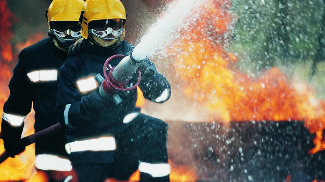 Bábolnai tűz: mesterlövész lőtte ki a gázzal teli palackot az égő csarnokban