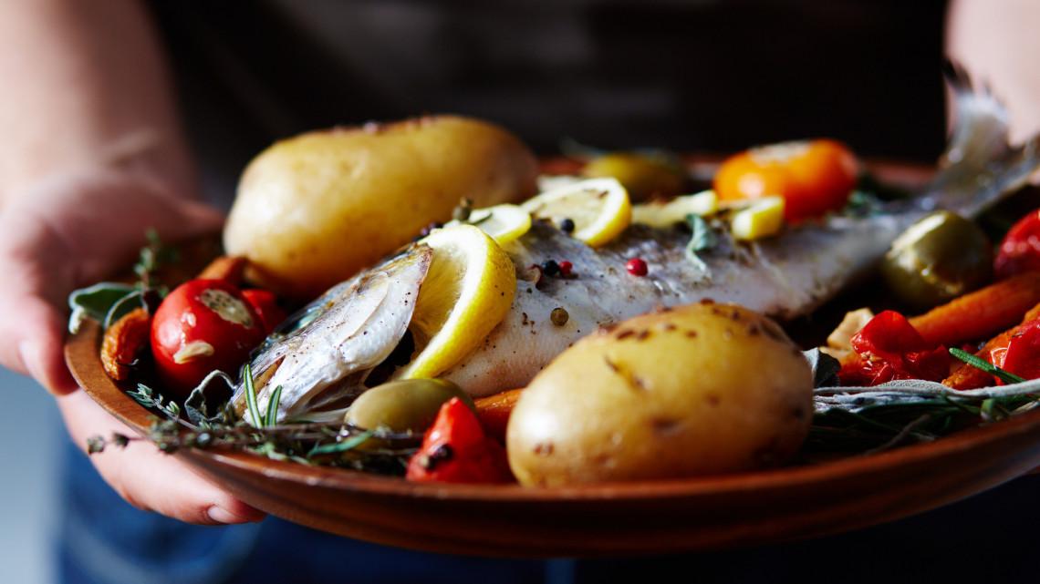 Majdnem 7 kiló halat eszik átlagosan egy magyar, de ez még nagyon nem elég