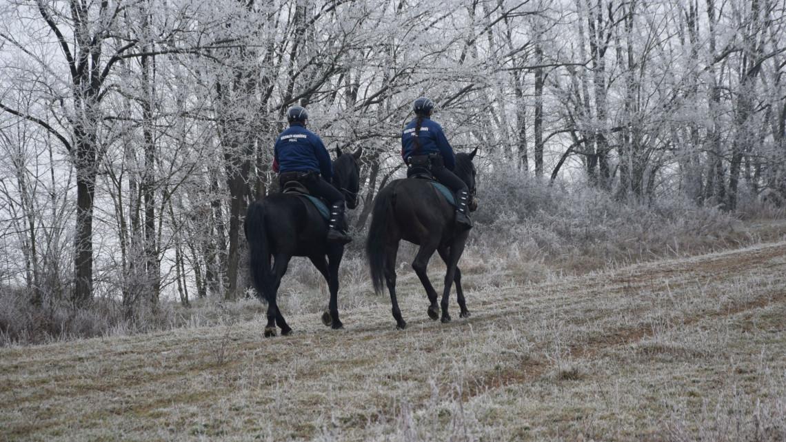 Kiderült, miért grasszálnak lovas és kutyás rendőrök Nógrádban