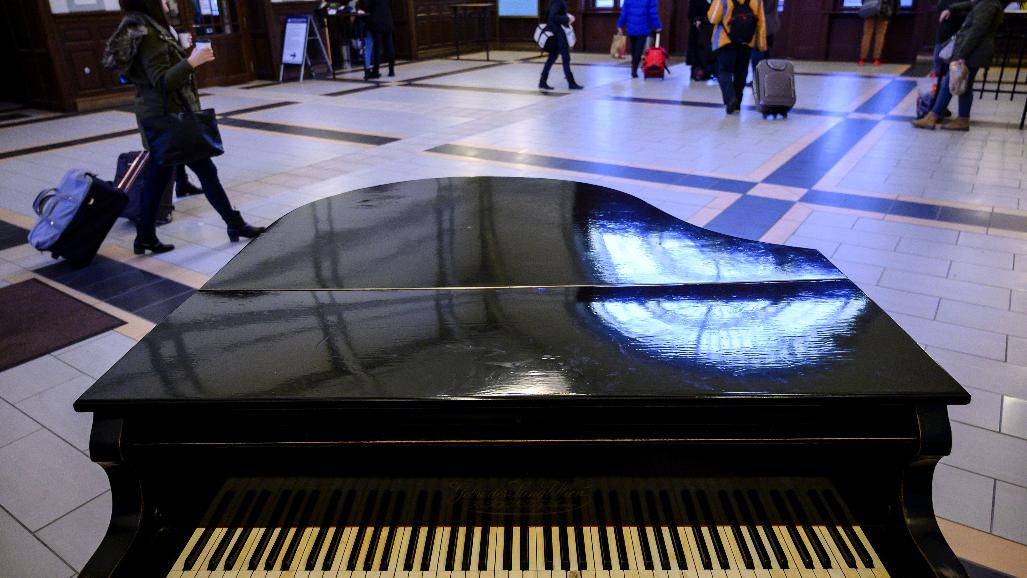 Na de hogy került egy zongora a pécsi főpályaudvarra?