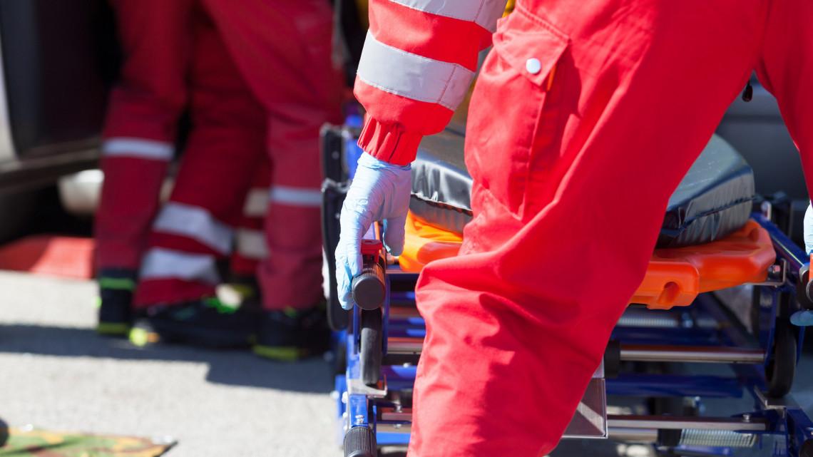 Súlyos baleset Tolnában: mentőautó és személygépkocsi ütközött