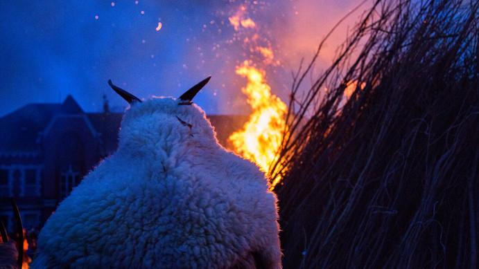 Több ezer maskarás űzi el a telet a vidéki faluban: mutatjuk a részleteket