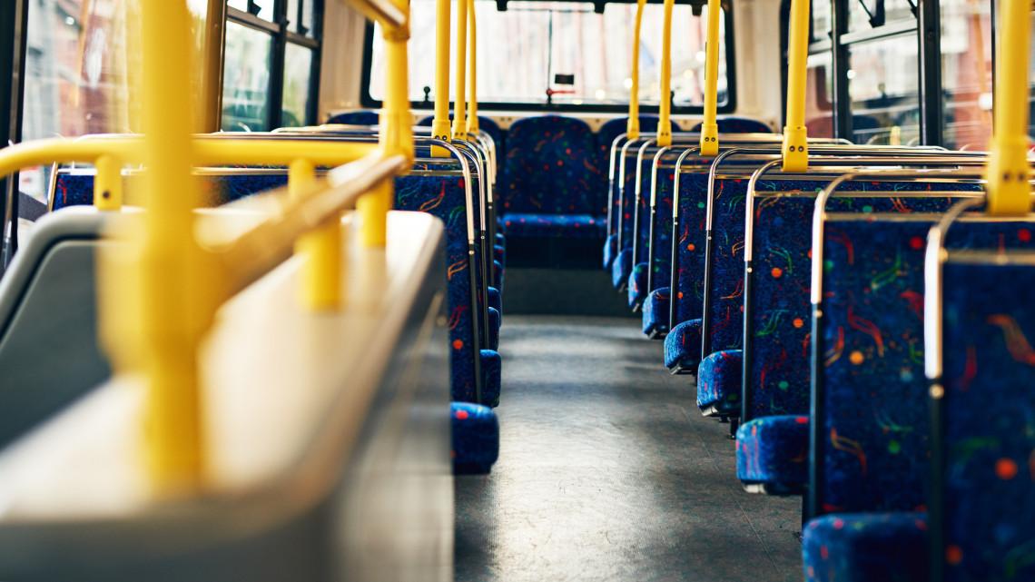 Döbbenet: menet közben szakadt szét egy busz Egerben