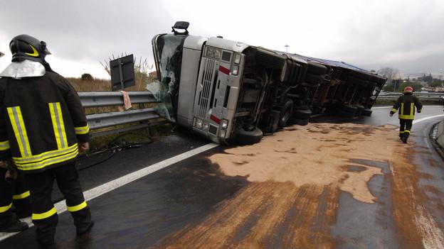 Árokba csúszott egy kamion: mutatjuk, hol várható útlezárás