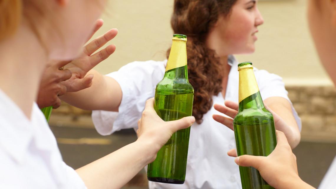 Ittasan az iskolapadban: rengeteg kiskorú nyúl alkoholhoz