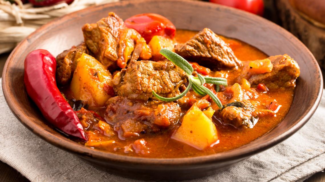 Gulyásleves recept: hagyományos gulyásleves, gulyásleves sertéshúsból, hamis gulyásleves