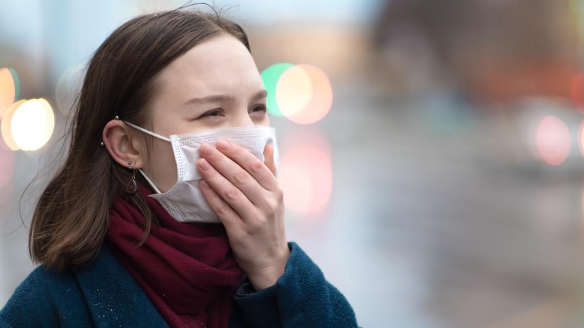 Élesedik a koronavírus pánik? Védőruhás sofőr viszi a gödi gyár dolgozóit