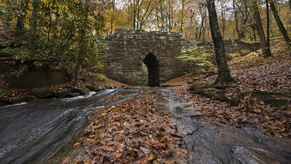 Leszakadt egy 130 éves híd Piliscsabán: gyalogosok és autósok is használták