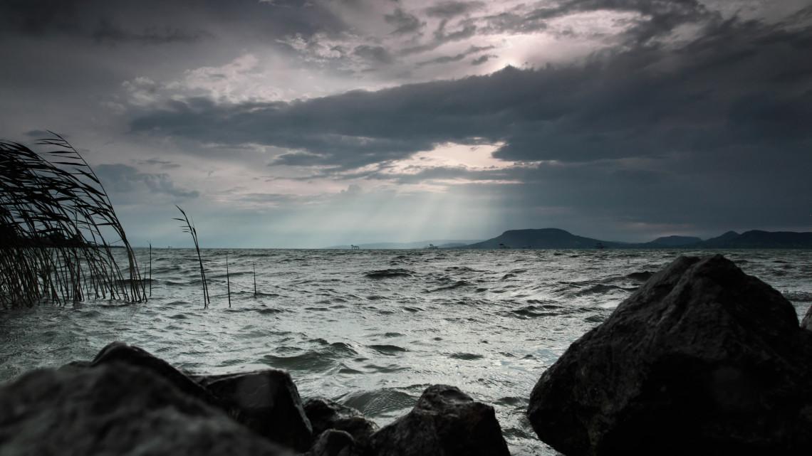 Durva, mit tett a vihar a Balatonnal: videón a tó kibillent vízszintje