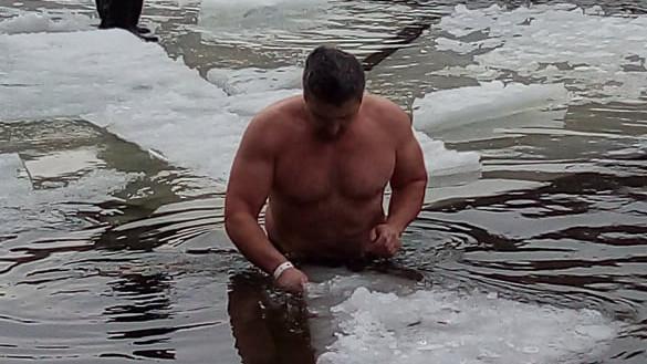 Ezek megőrültek! Ilyen a Bátrak Úszása Nógrádban: Te bevállalnád?