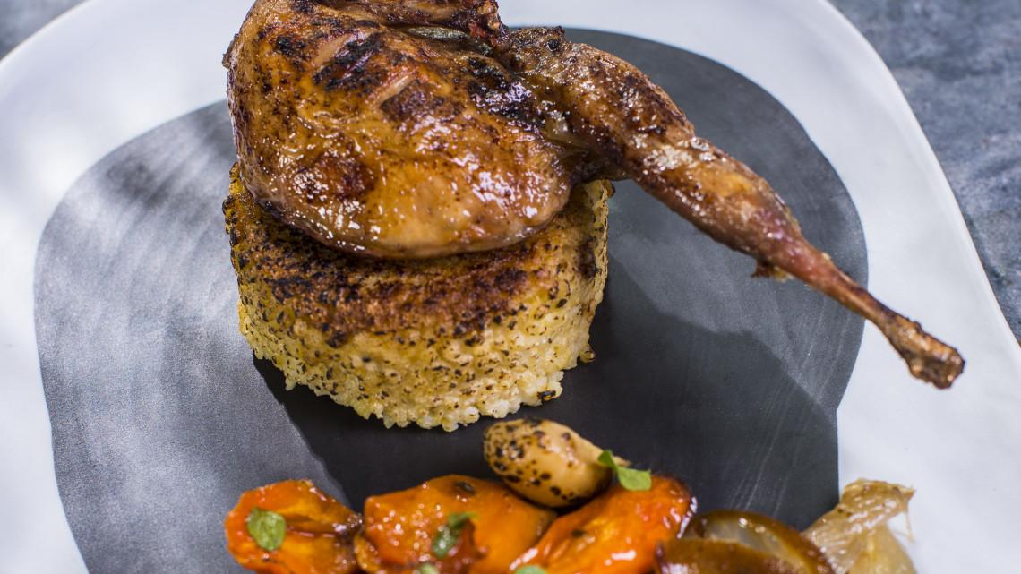 Felejtsd el a csirkét: így készül a pirított fürj mangalica szalonnával, köleskásával