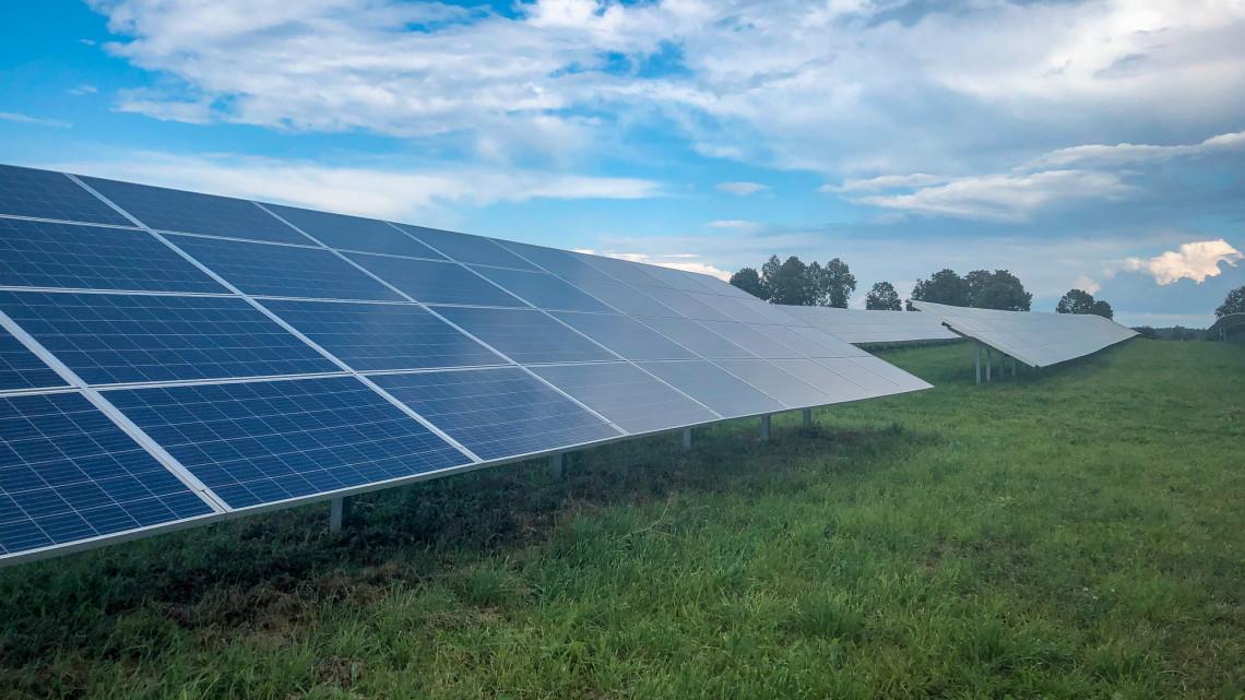 Tarol a napenergia: éles üzemben a legnagyobb hazai naperőmű