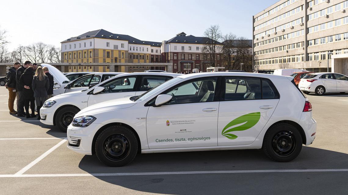 249 elektromos autót kapnak a kórházak: kiderült, mire használhatják