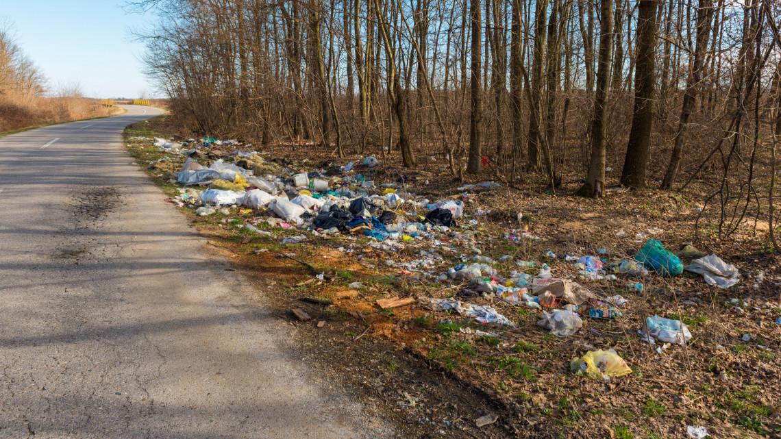 Eltűnnek az árkokból a szeméthalmok: felszámolják az illegális hulladéklerakókat