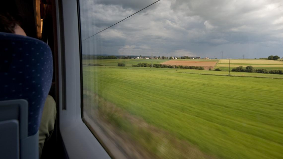 Túlélőcsomagot osztogattak a vonaton: így tiltakoztak a brutális késések miatt