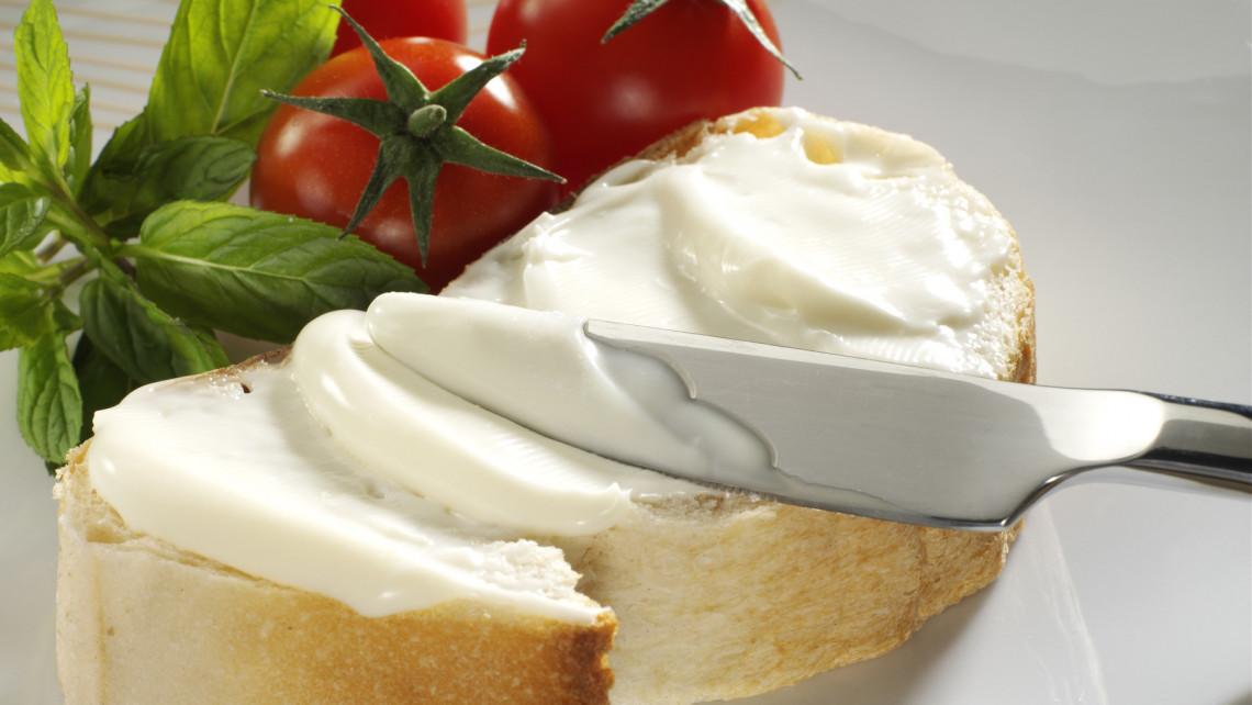 Gyászosan leszerepeltek a kenhető sajtok: tesztelt és büntet a Nébih