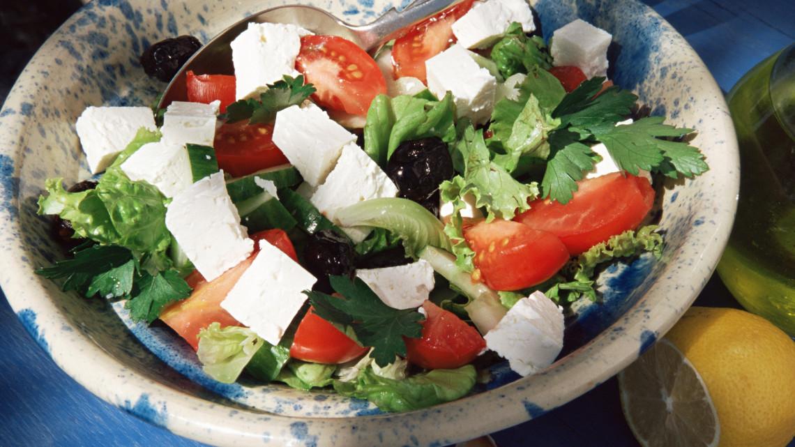 Így készül az eredeti görög saláta: fetával, olívabogyóval, és igazi görög saláta öntettel