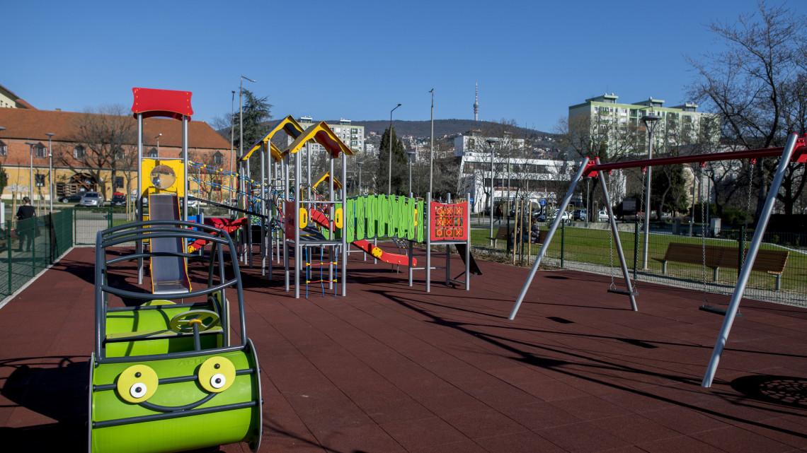 Játszótér és park épült a pécsi szellemház helyén: így néz ki most