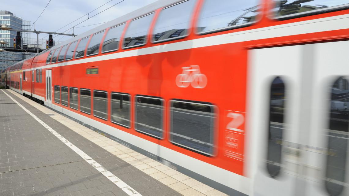 Ünnepi pillanat a vasútnál: elindult az első emeletes motorvonat