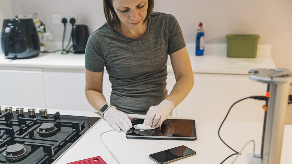 Koronavírus: így tisztítsd a telefonod, ha nem akarod, hogy a fertőzés melegágya legyen