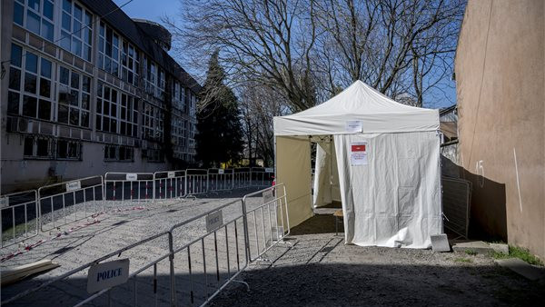 Bevetette szűrőkamionját Pécs: ide várják a felső légúti tünetekkel küzdő betegek