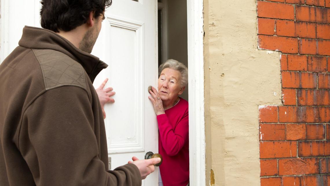 Koronavírus: csalók házalnak kistelepüléseken bóvlival, veszélyes árukkal
