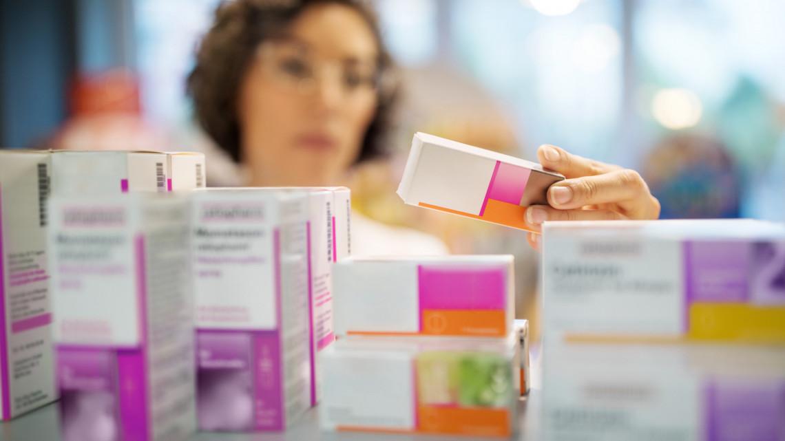 Figyelmeztetnek a gyógyszerészek: ne a beteg váltsa ki a favipiravirt tartalmazó orvosságot