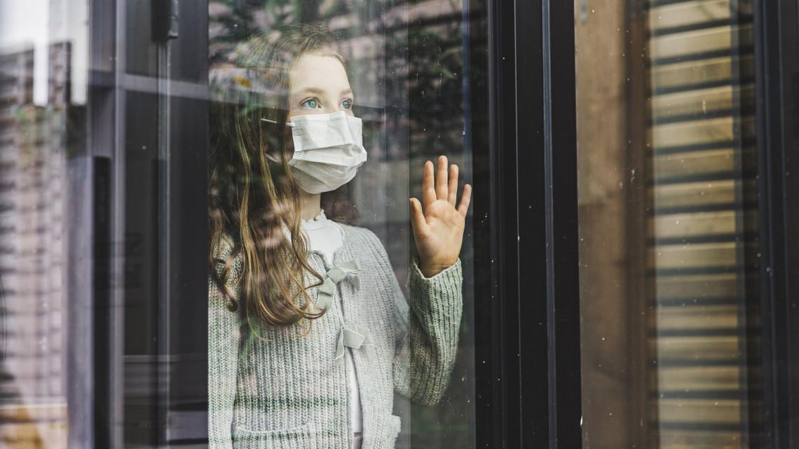Koronavírus: még mindig sok fiatal bandázik, pedig országszerte egyre több a fertőzött