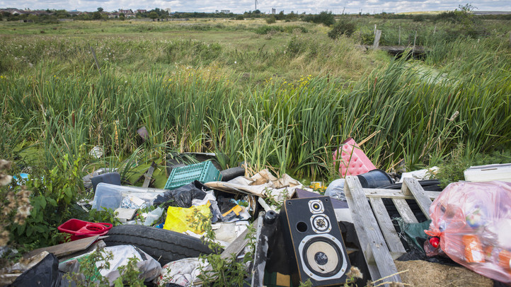 Hatalmas károkat okoznak a magyarok: több ezer köbméter szemét hever az utak mentén