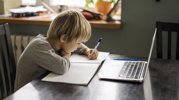 Támogatják az online tanulást: laptopokat adományozott az ismert áruházlánc