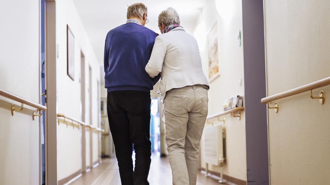 Új intézkedések az idősotthonokban a járvány miatt: 24 órásra is nőhet a műszak