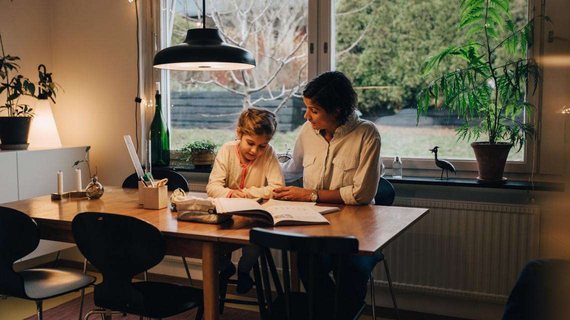 Kritikus helyzetbe kerültek a családok: így élhető túl a digitális oktatás