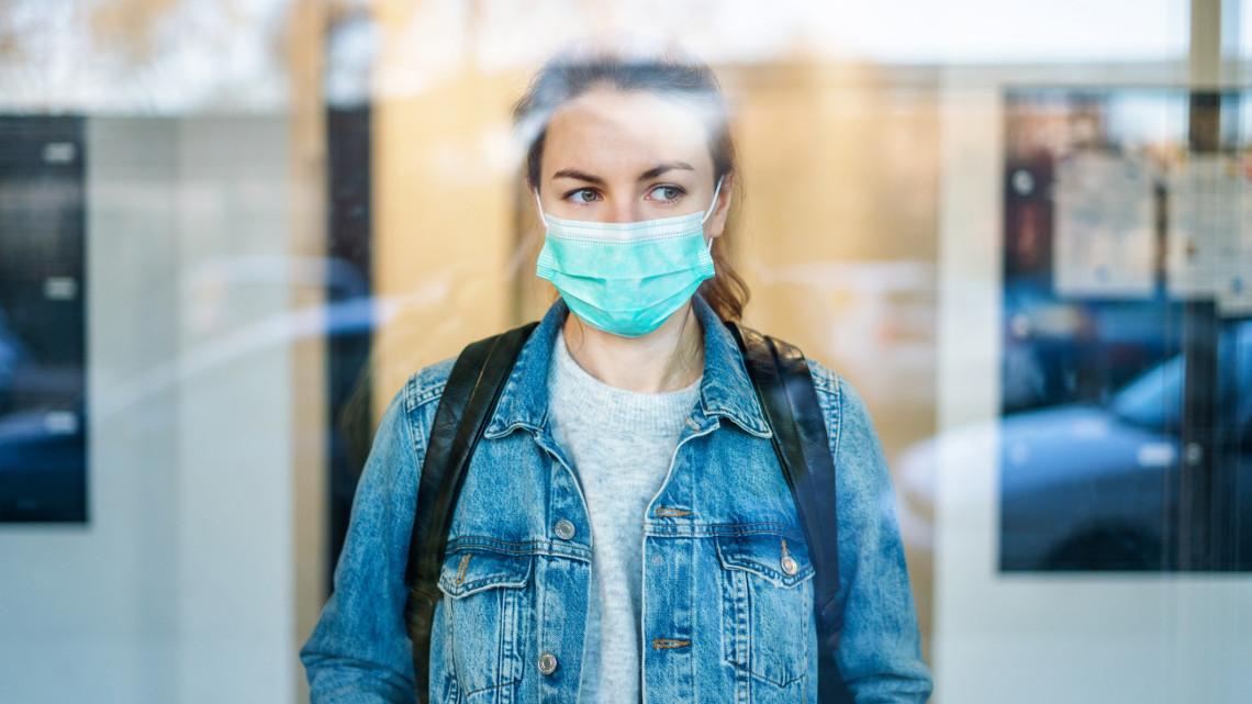 Koronavírus: menyasszonyi ruhák helyett maszkok készülnek a szegedi varróműhelyben