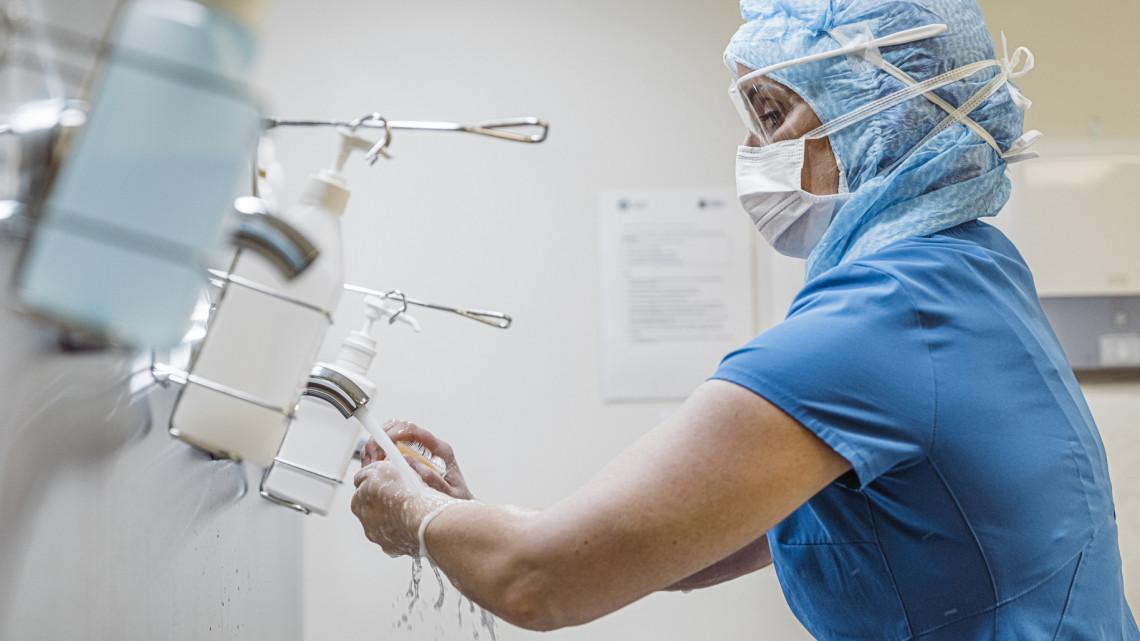 Koronavírus: újabb 5 repülővel jött többmillió maszk, tesztek és kesztyűk