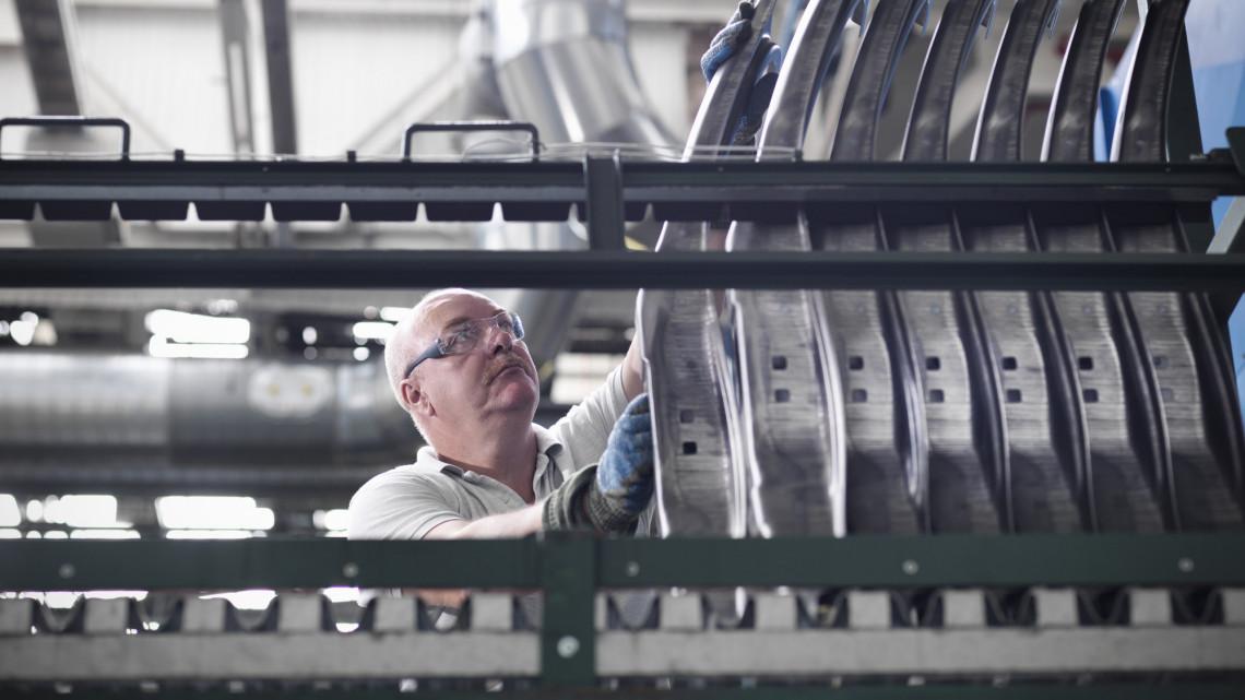 Ébredeznek az autógyárak: a kecskeméti Mercedesnél is elindul a munka