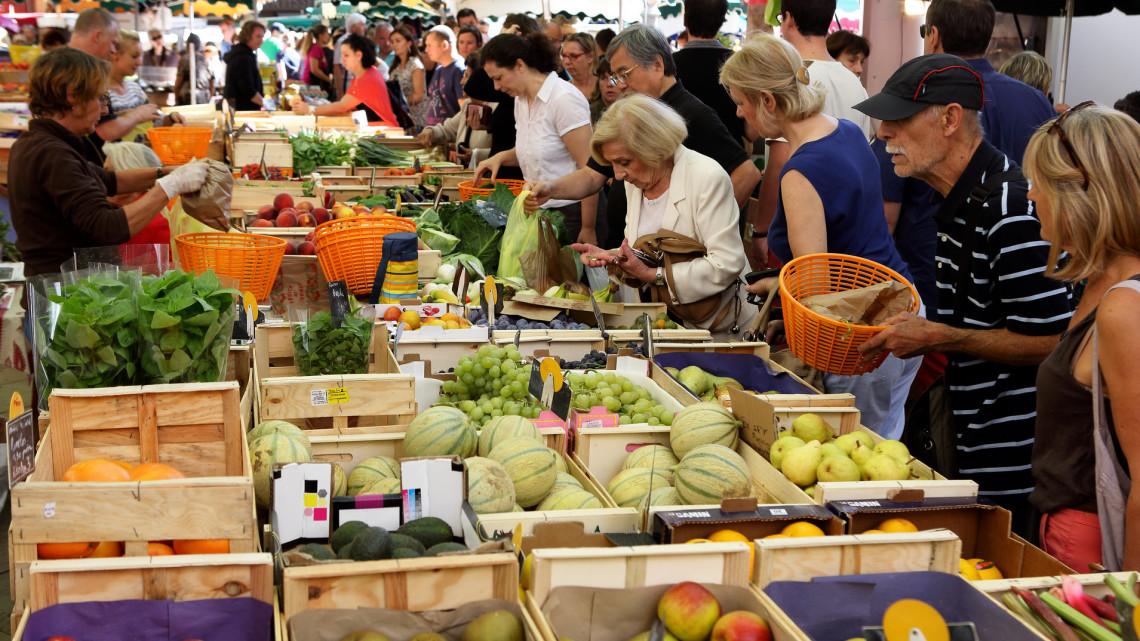 Koronavírus: ezeken a településeken tovább szigorították az idősek piacra, boltba járását