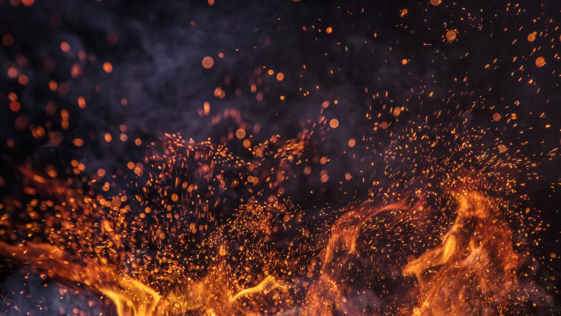 Ezrével bámulták az égő tárolókat: tömegek szegték meg a kijárási korlátozást Szombathelyen
