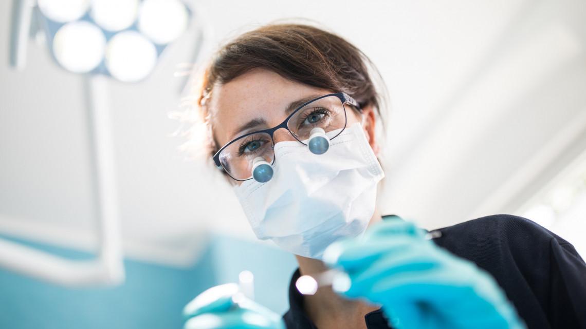 Nagy bajban vannak a fogorvosok a járvány miatt: csak ez segíthet rajtuk