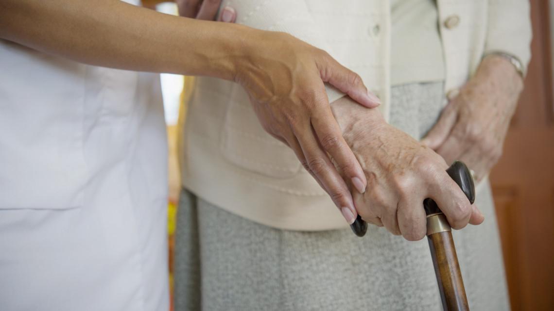 Koronavírus: megtízszereződött a betegek száma a vidéki otthonban