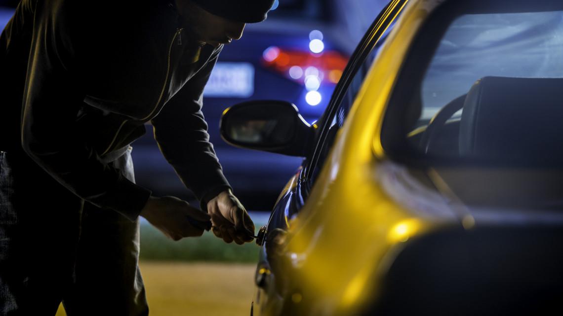 Szokatlan lopások a vidéki nagyvárosban: tolvajok fűrészelik szét az autókat