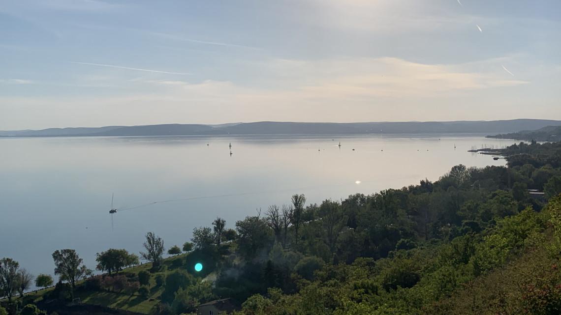 Indul a szezon: korlátozások és zsúfoltság a karanténból ébredező Balatonnál