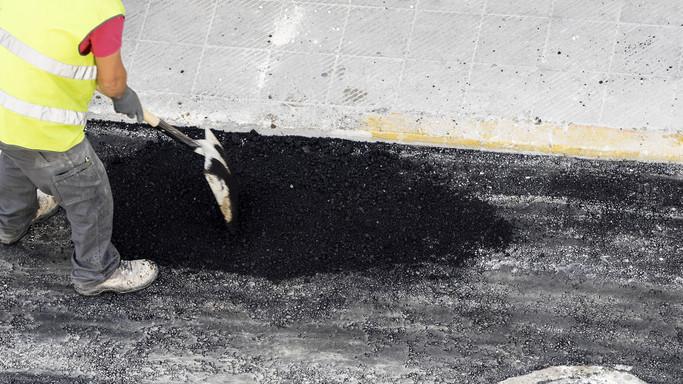Egy hajszálon múlt az útmunkás élete: durva balesetet rögzített a fedélzeti kamera