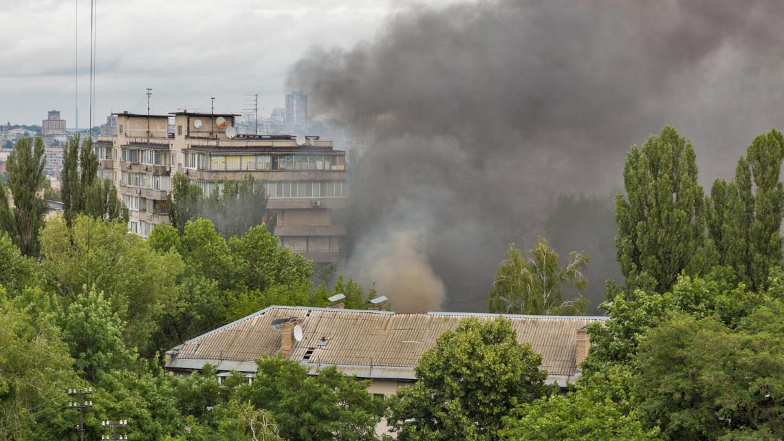 Lángok csaptak fel a vidéki városban: a tűz miatt kiürítettek egy tízemeletes házat